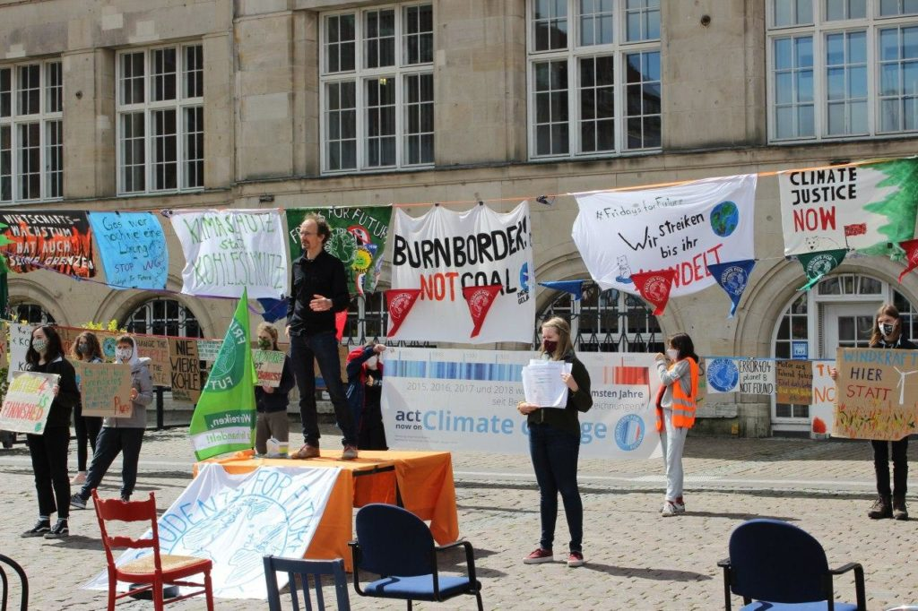 Bild einer Kundgebung in Kiel im Rahmen der Public Climate School 2.0