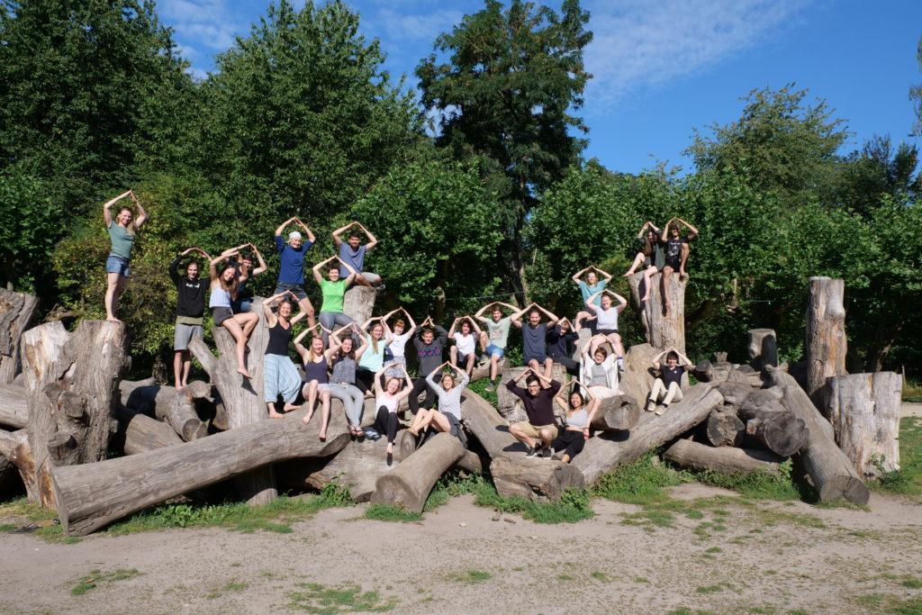 Bild des Public Climate School Teams auf Schloss Freudenberg in Wiesbaden